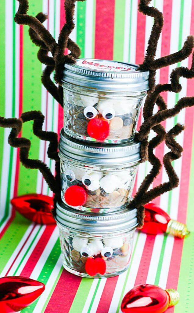 How adorable is this special DIY reindeer hot chocolate gift idea? Christmas food gifts like these are perfect for stocking stuffer ideas and other last minute DIY gift ideas. And that perfect little rudolf nose gets everyone in the christmas spirit!