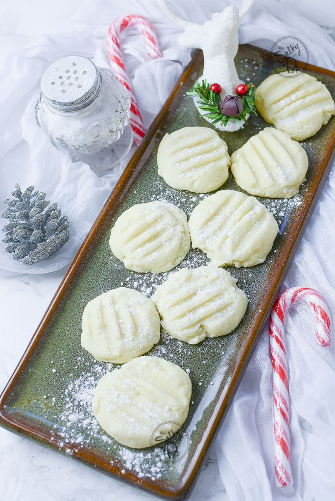 See, now here is a different way to decorate the shortbread cookie. Just placing them on this long green platter gives them an even more christmassy feel!